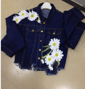 τζιν μπουφάν των γυναικών σε σκούρο μπλε και το γαλάζιο κεντημένα λουλούδια