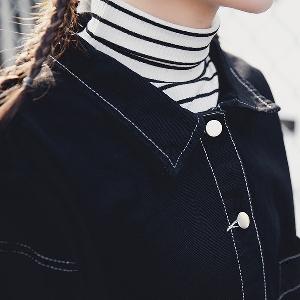 Широко дънково яке за дамите с надписи на гърба в черен цвят с копчета