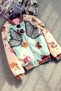 άνοιξη σακάκι των γυναικών με μια εκτύπωση του πεταλούδες και λουλούδια