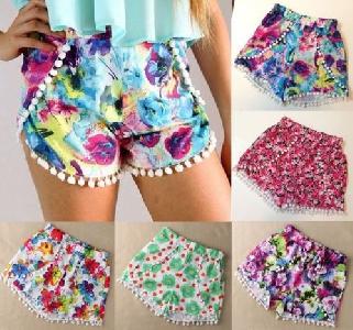 Цветни къси панталонки с висока талия и с няколко принта