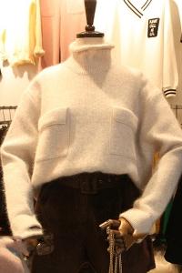 Дамски бял пуловер от мохер с джобове
